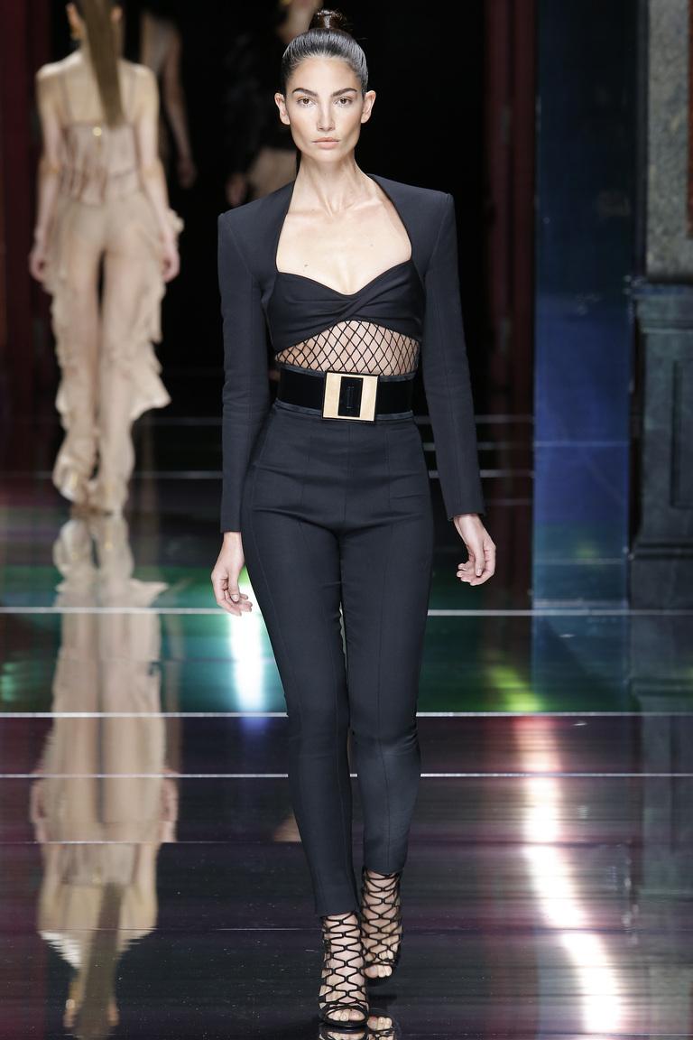 Монохромные наряды - черный брючный костюм из коллекции Balmain.