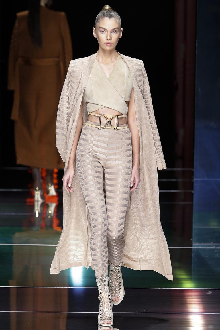Монохромные наряды - красивый светло коричневый брючный костюм, плащ из коллекции Balmain.