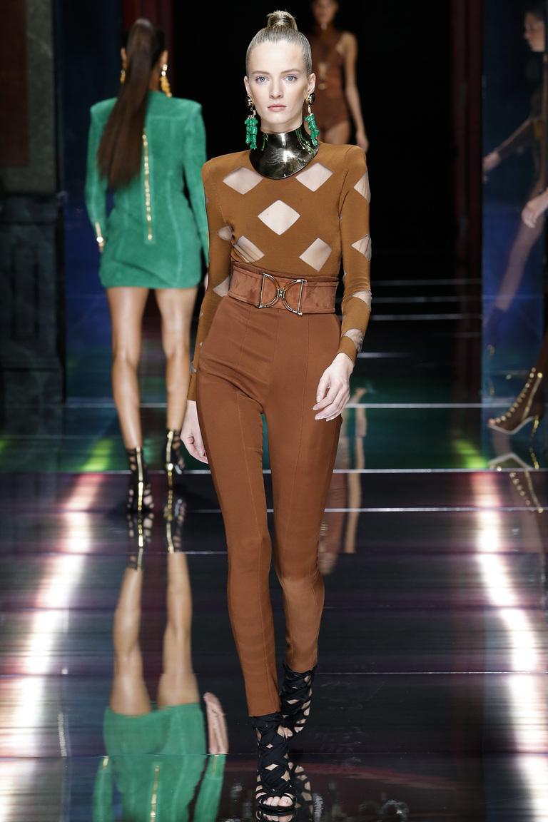 Монохромные наряды - наряд выполнен в коричневом цвете из коллекции Balmain.