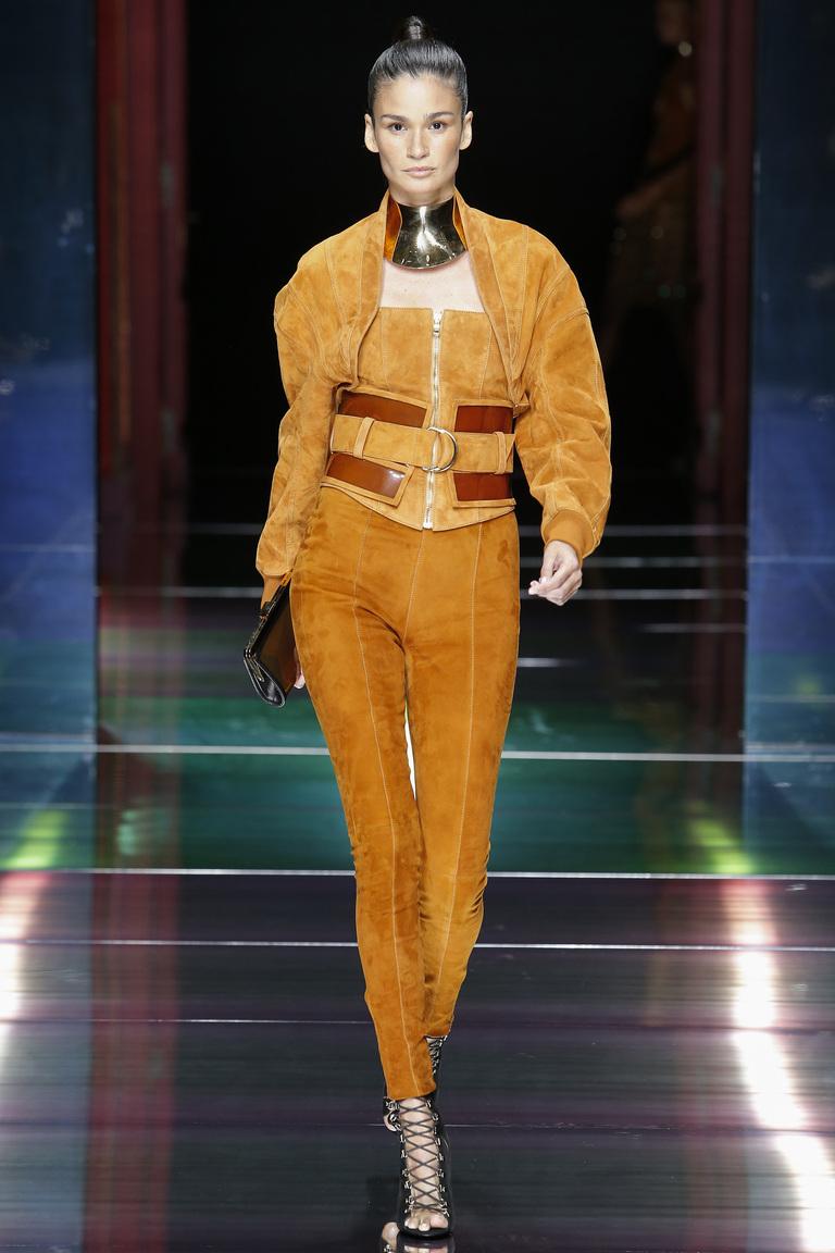 Монохромные наряды - костюм брючный светло коричневых тонов из коллекции Balmain.