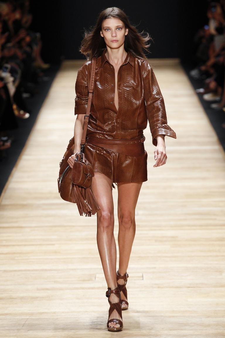 Монохромные наряды - кожаный коричневый костюм, сумка,босоножки из коллекции Barbara Bui.