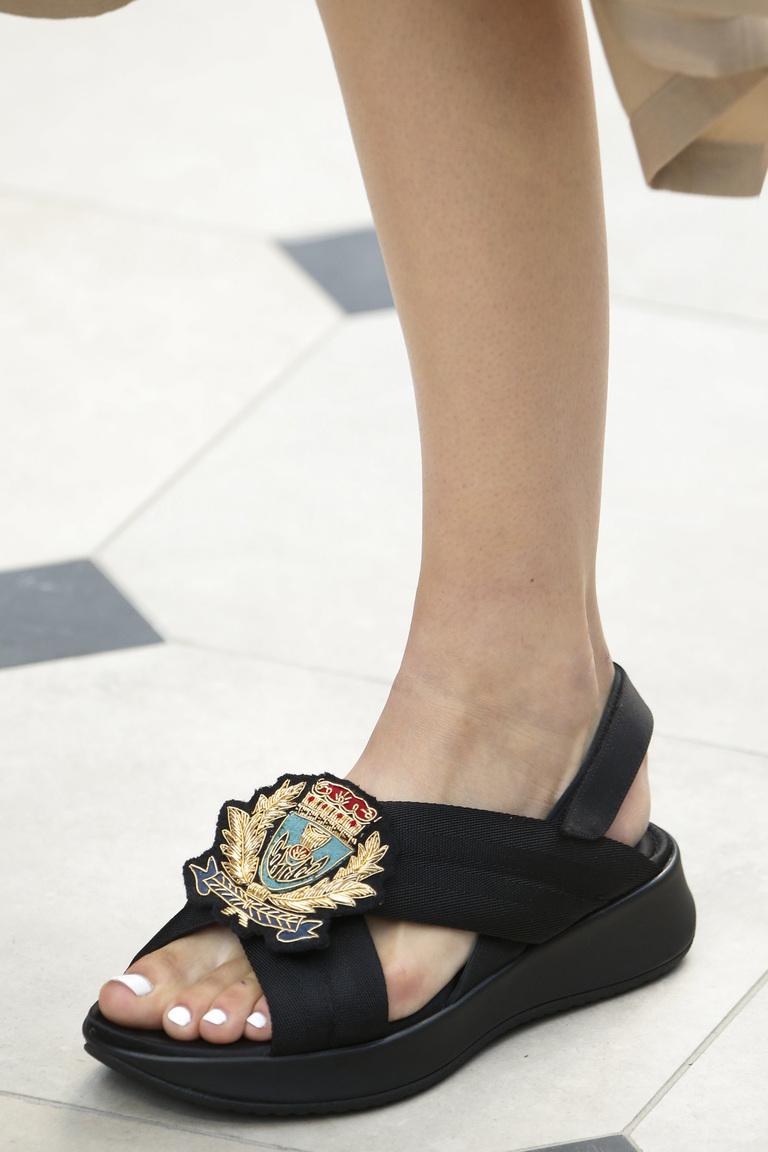 Модная обувь весна-лето 2016 - сандалии на толстой подошве из коллекции Burberry.