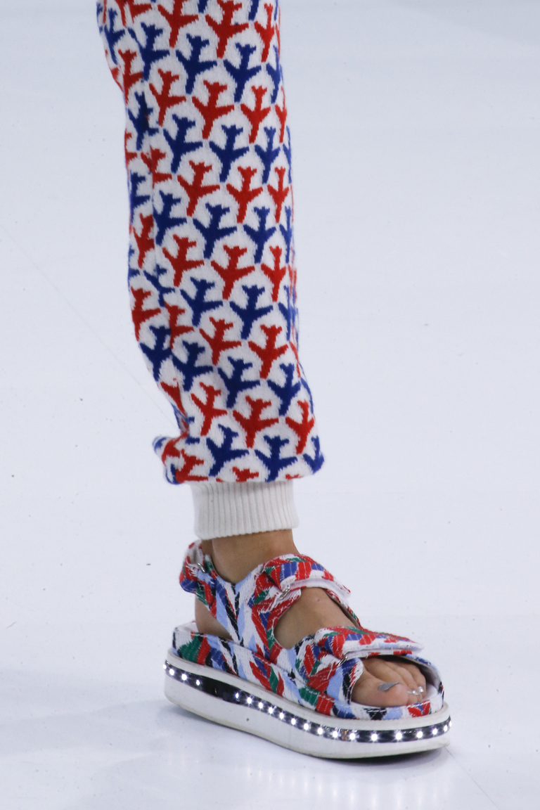 Модная обувь весна-лето 2016 - сандалии на толстой подошве из коллекции Chanel.