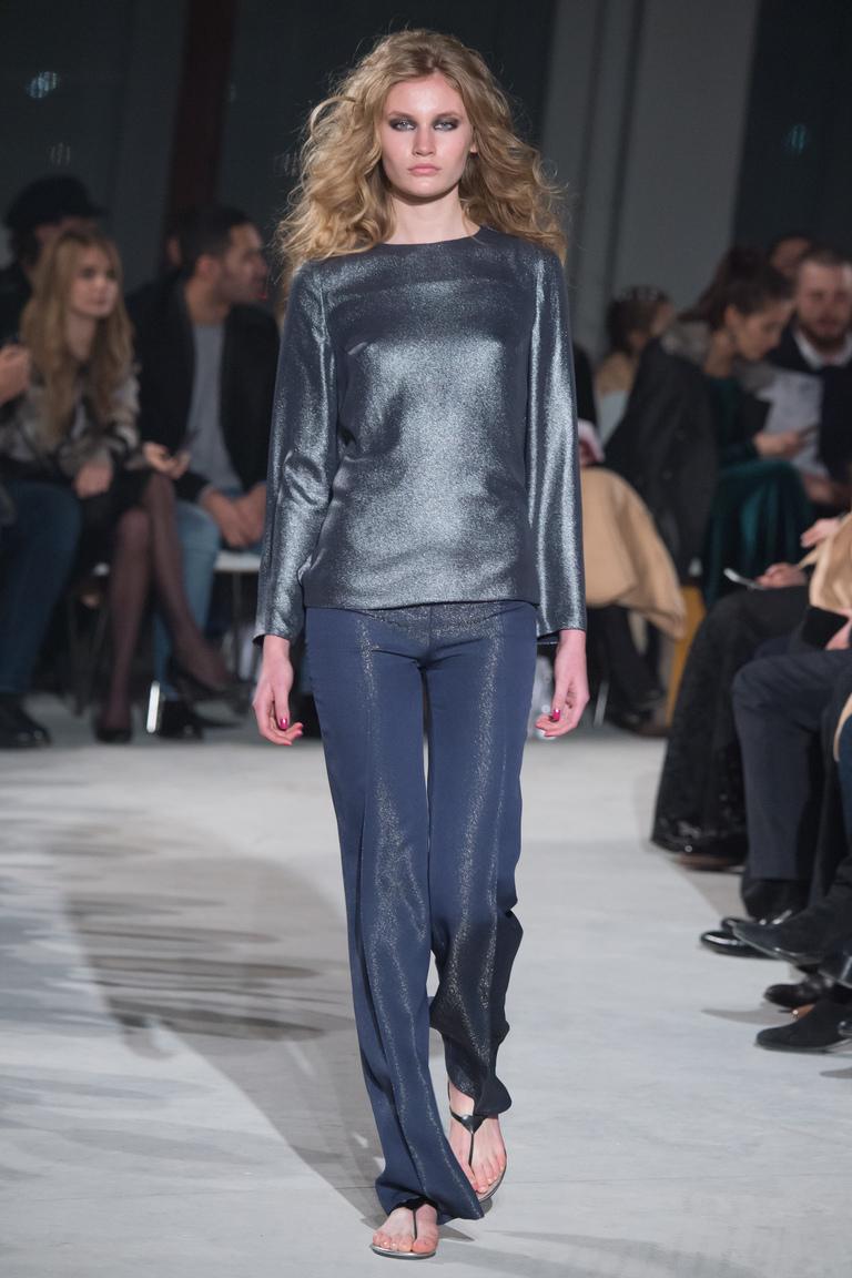 Монохромные наряды - шолковая серая блузка и матовые серые брюки из коллекции Chapurin.