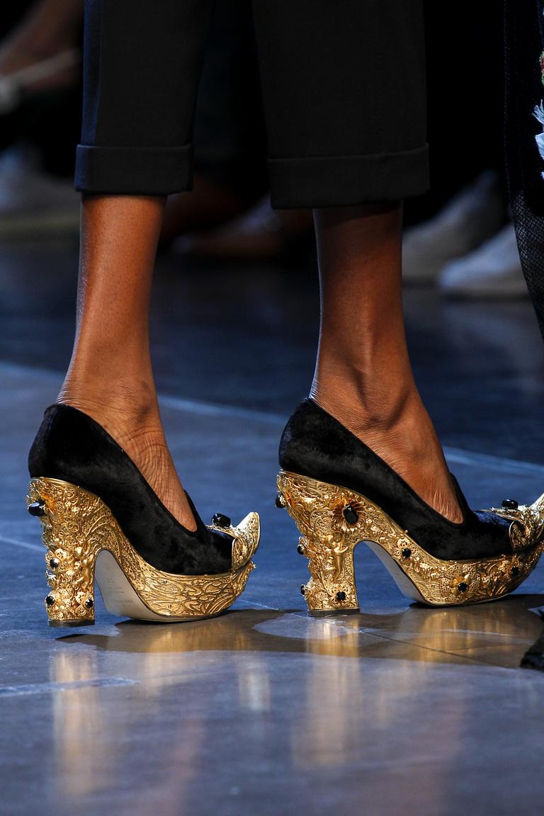 Модные туфли весна-лето 2016 - яркие босоножки на толстом каблуке и подошве из коллекции Dolce & Gabbana.