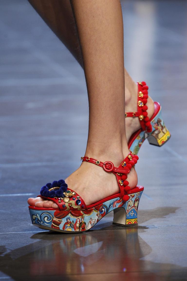 Модные туфли весна-лето 2016 - яркие босоножки на толстой подошве из коллекции Dolce & Gabbana.