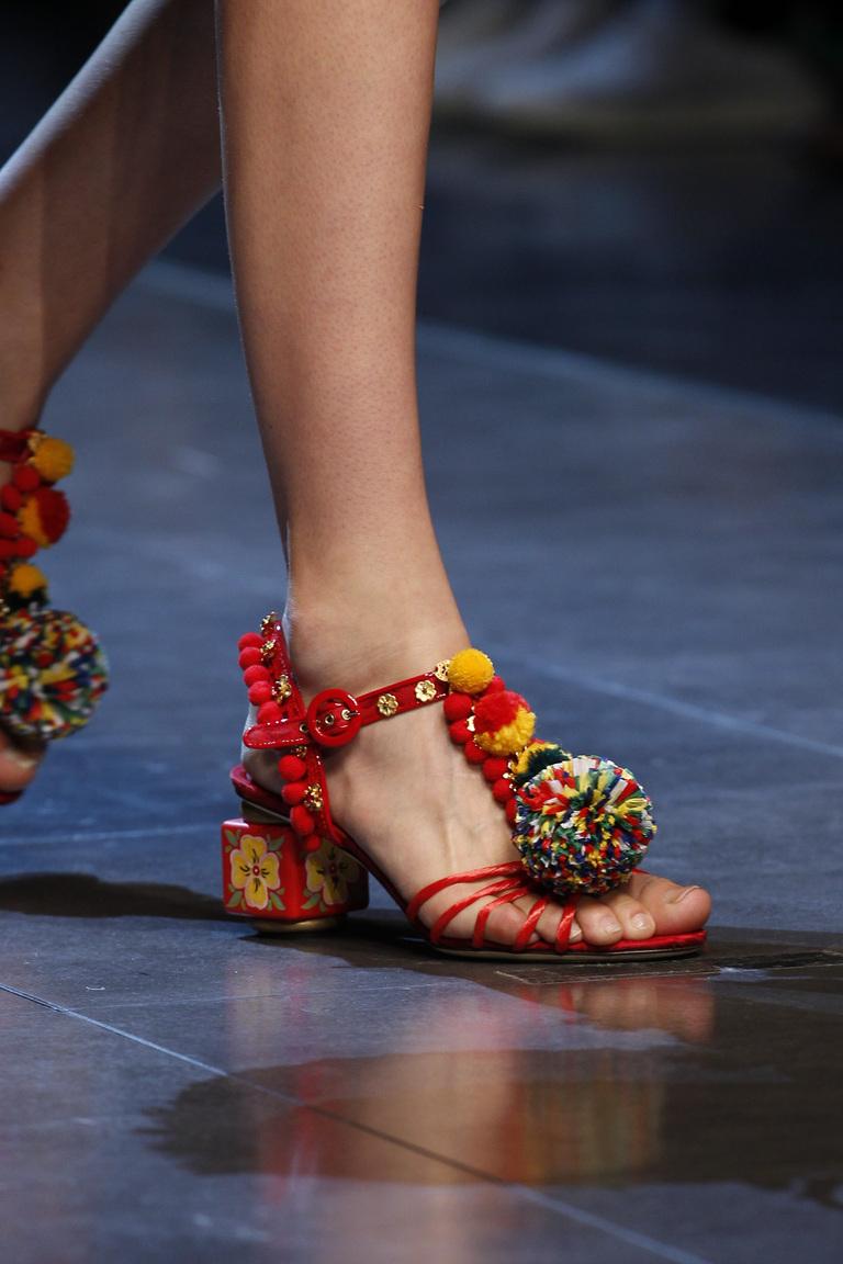 Модные туфли весна-лето 2016 - яркие босоножки из коллекции Dolce & Gabbana.
