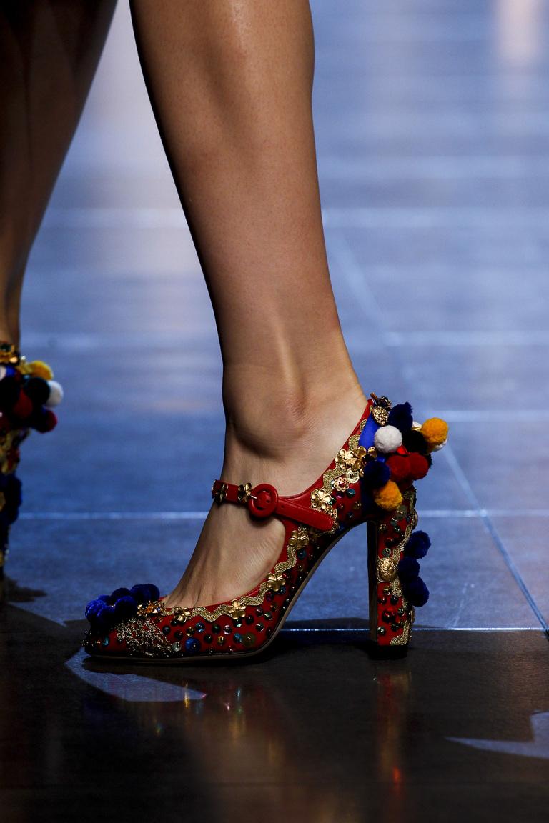 Модные туфли весна-лето 2016 - яркие туфли на толстом каблуке толстом каблуке из коллекции Dolce & Gabbana.