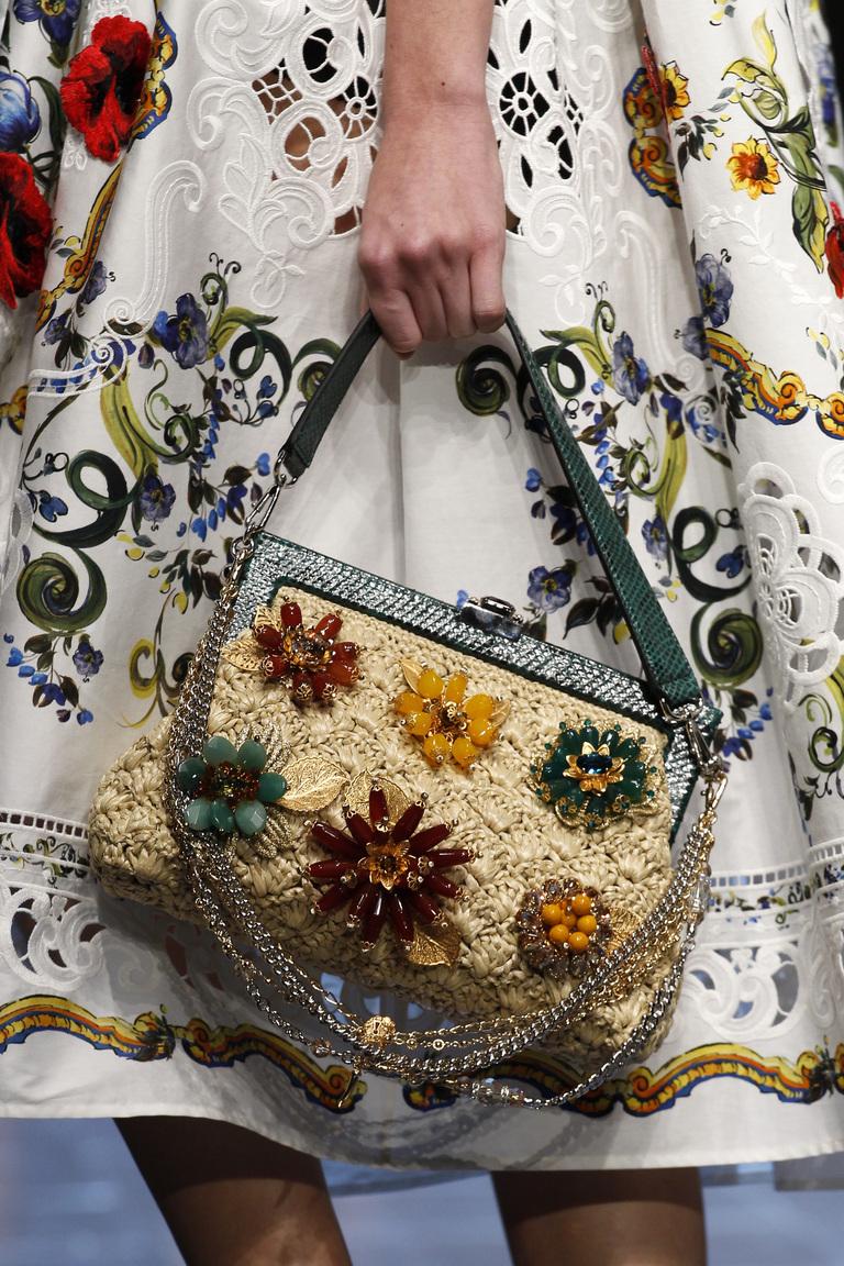 Модные сумки весна-лето 2016 - яркая сумка с светочным принтом из коллекции Dolce-Gabbana.
