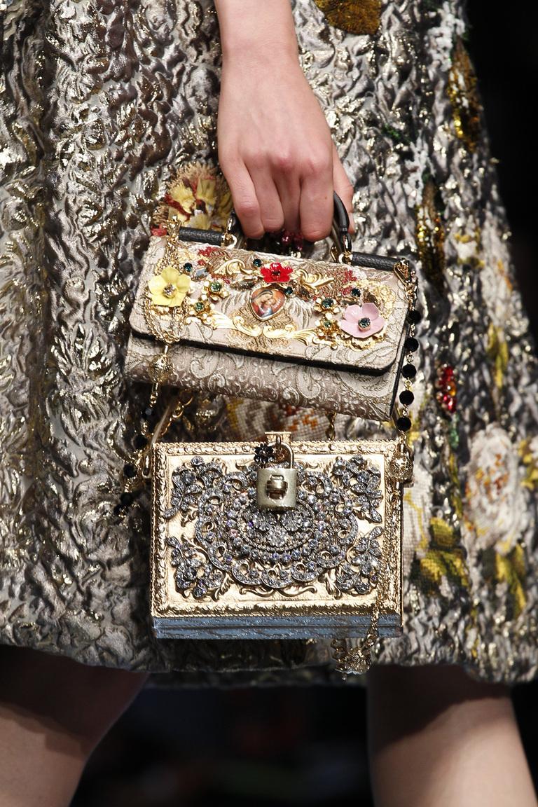 Модные сумки весна-лето 2016 - две сумки одновременно из коллекции Dolce-Gabbana.