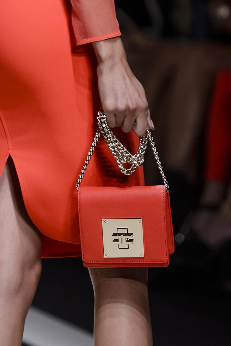 Модные сумки весна – лето 2016 - маленькая красная сумка из коллекции Elisabetta Franchi.