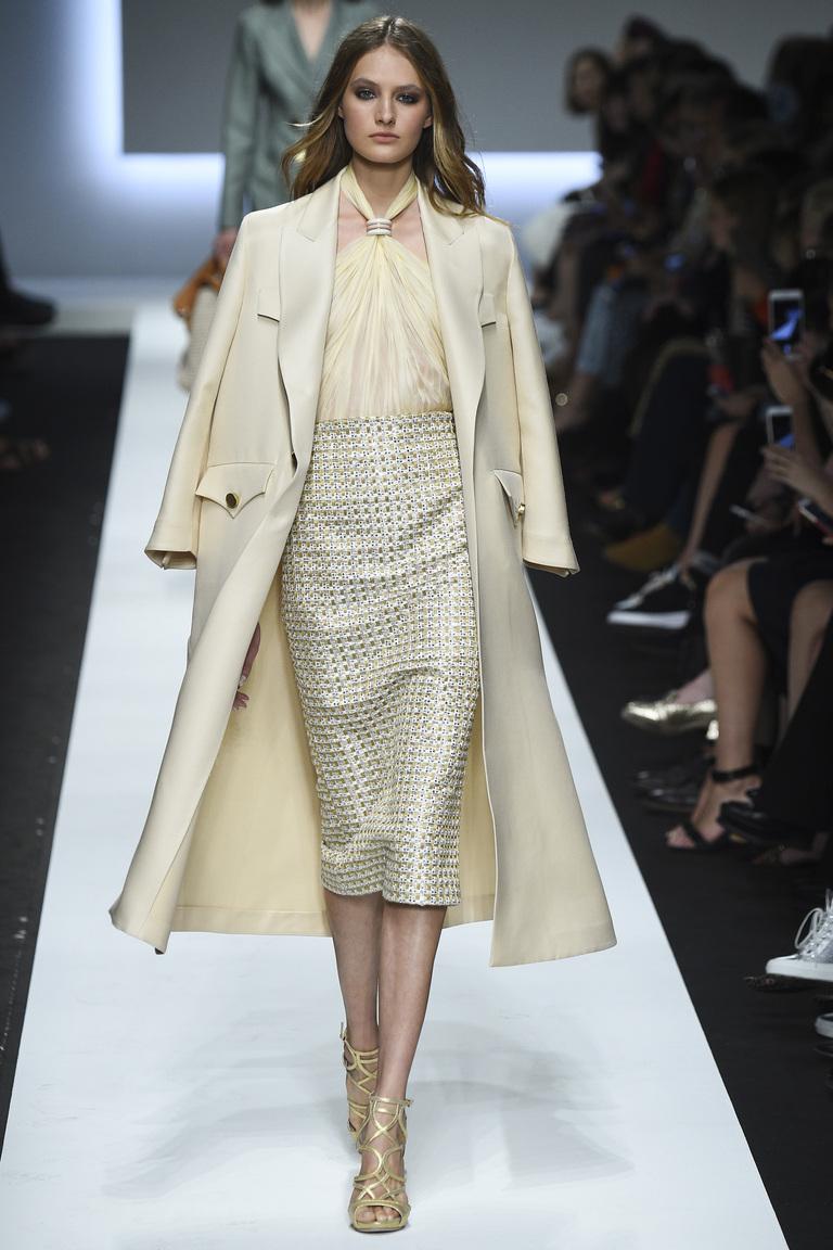Монохромные наряды - наряд выполнен в светло бежевых тонах плащ, юбка, блузка,туфли из коллекции Ermanno Scervino.