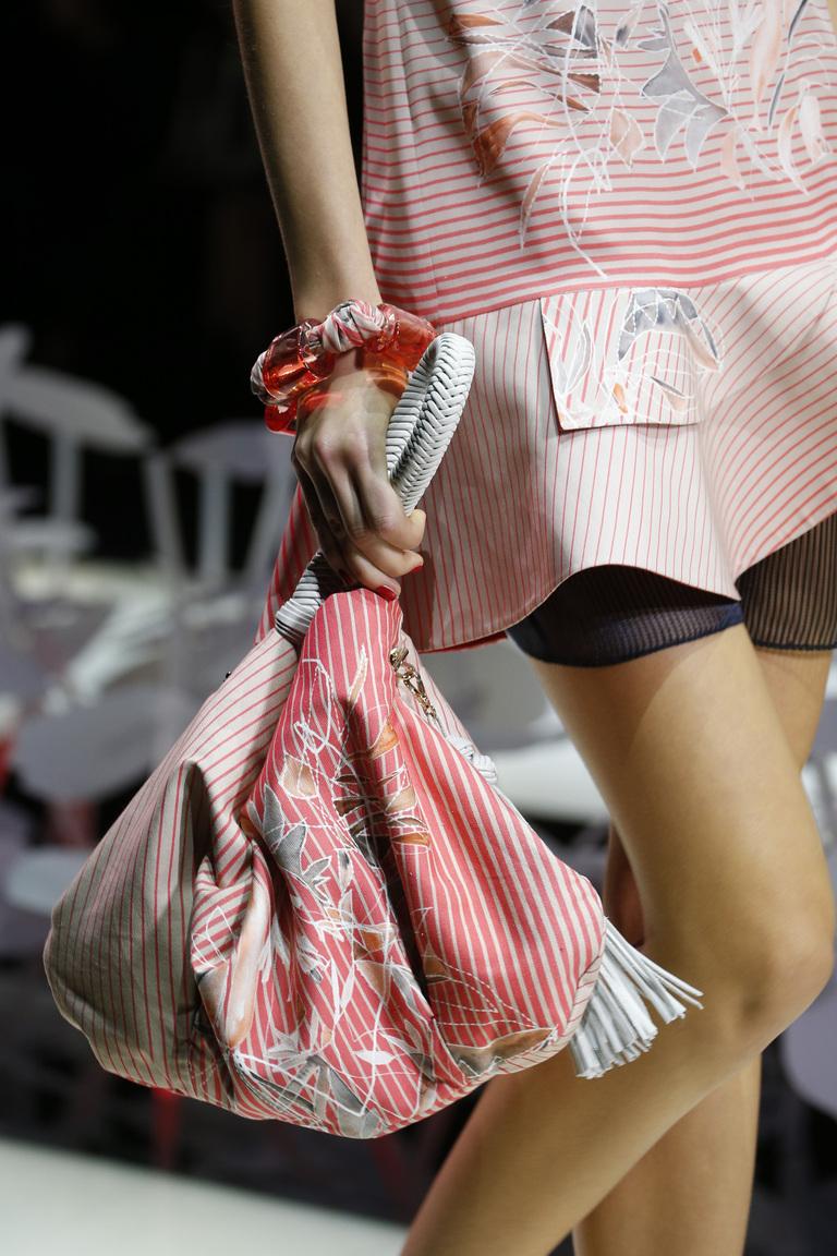 Модные сумки весна – лето 2016 - сумка оригинальной формы из коллекции Giorgio Armani.