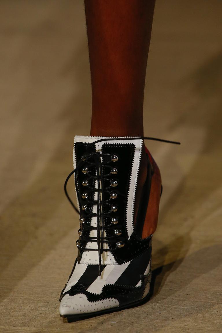 Модная обувь весна-лето 2016: туфли лодочки на шнуровке из коллекции Givenchy.