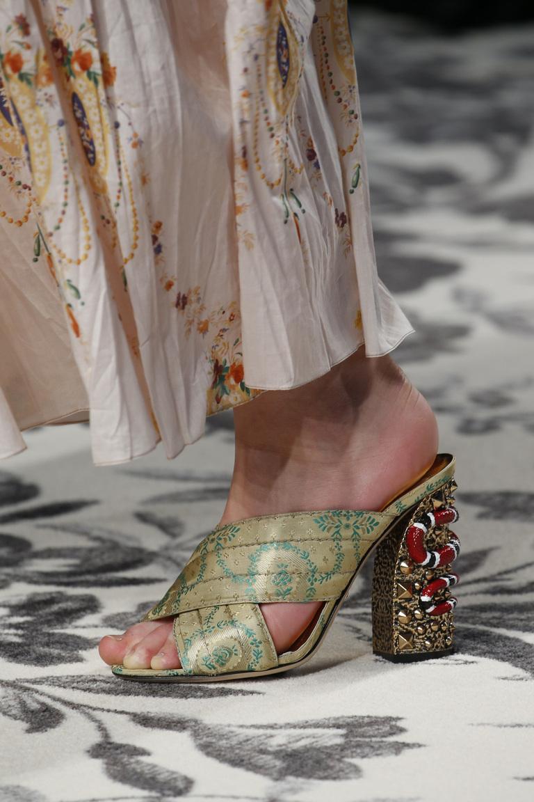 Модные туфли весна-лето 2016 - босоножки на толстом каблуке из коллекции Gucci.