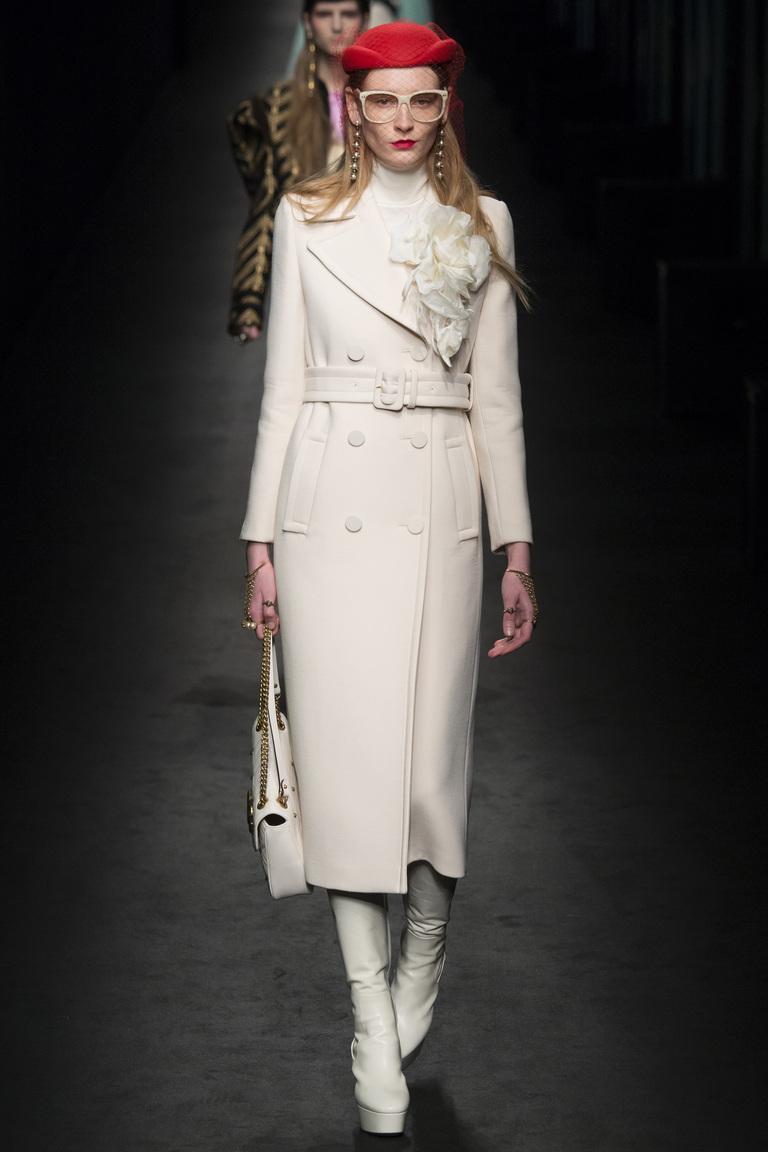 Монохромные наряды - одноцветный наряд - светло бежевое пальто, светлые сапоги и сумка из коллекции Gucci.