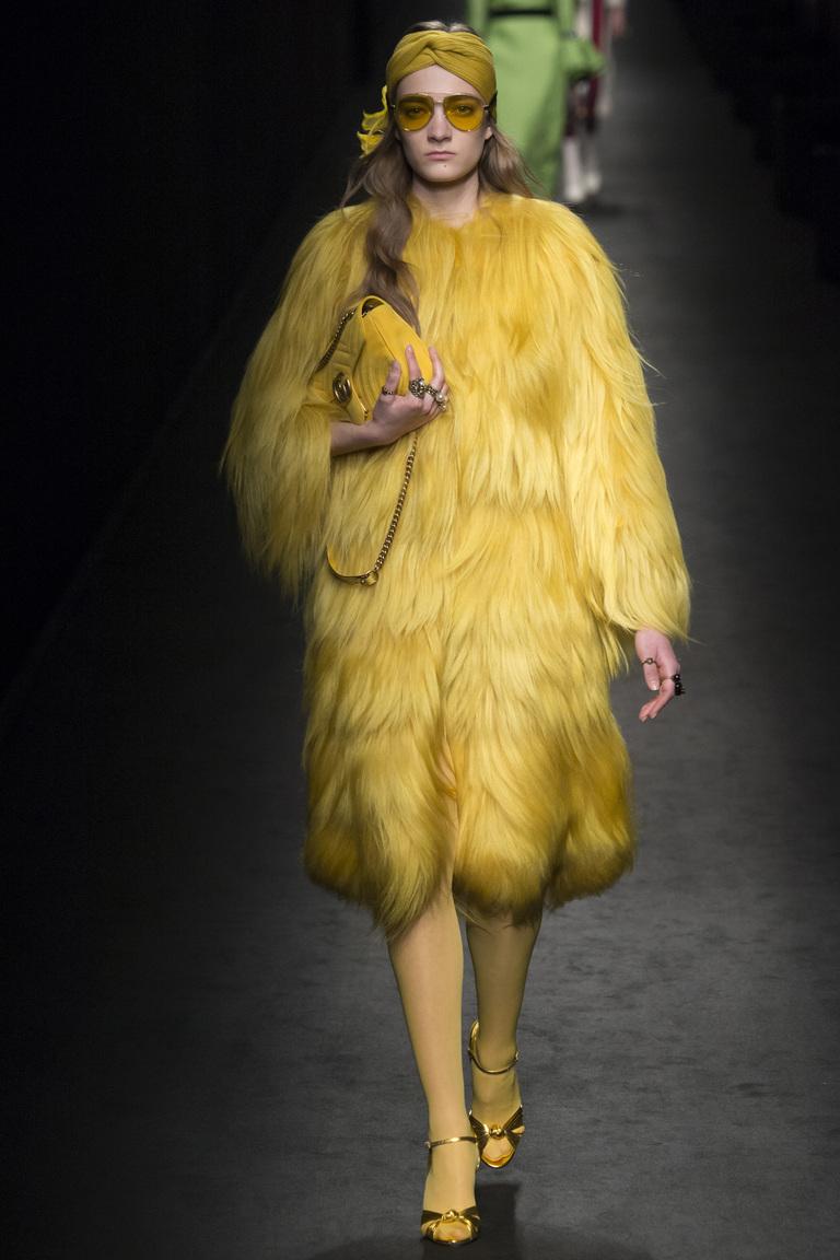 Монохромные наряды - одноцветный наряд - желтая шубка, туфли, сумка, очки из коллекции Gucci.