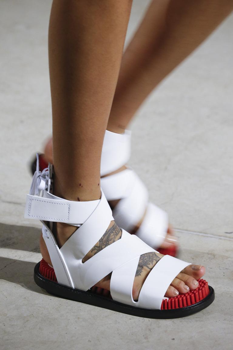Модные туфли весны и лета 2016 - туфли с ремешками и завязками из коллекции Kenzo.