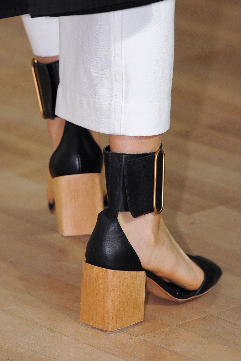 Модные туфли весна-лето 2016 - босоножки на толстом каблуке из коллекции Lemaire.