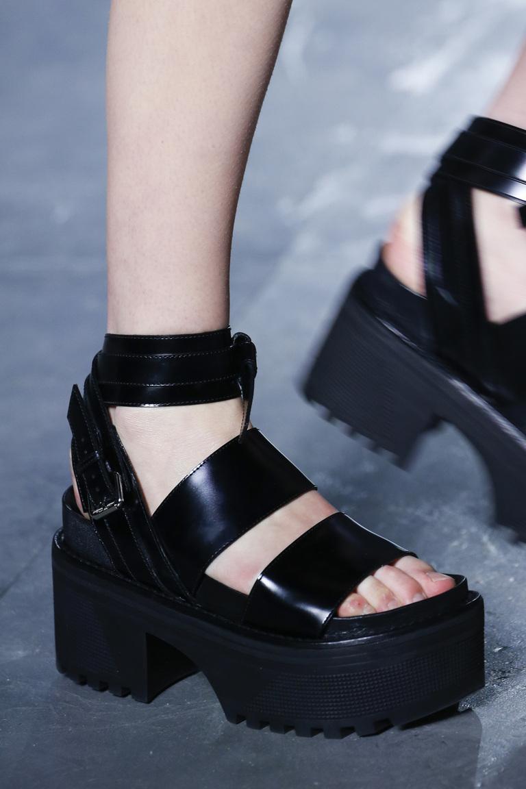 Модные туфли весны и лета 2016 - туфли с ремешками и завязками из коллекции Louis Vuitton.
