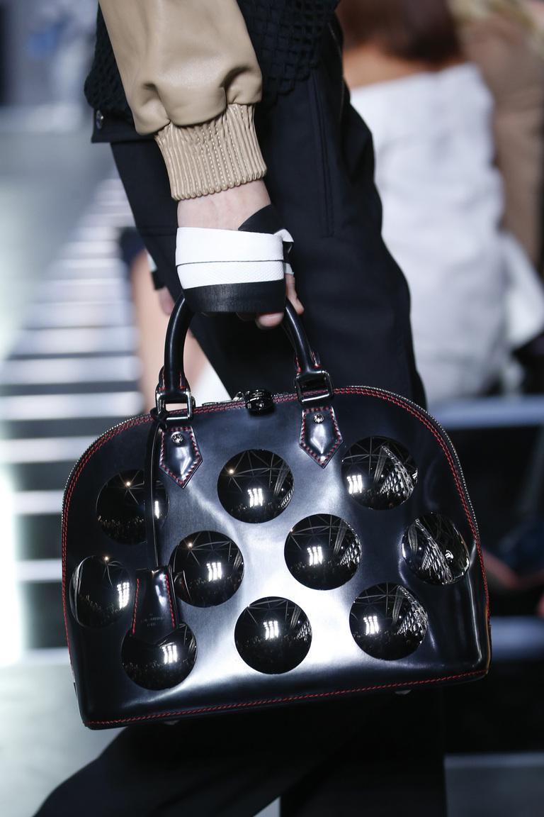 Модные сумки весна – лето 2016 - черная сумка красивым принтом из коллекции Louis Vuitton.