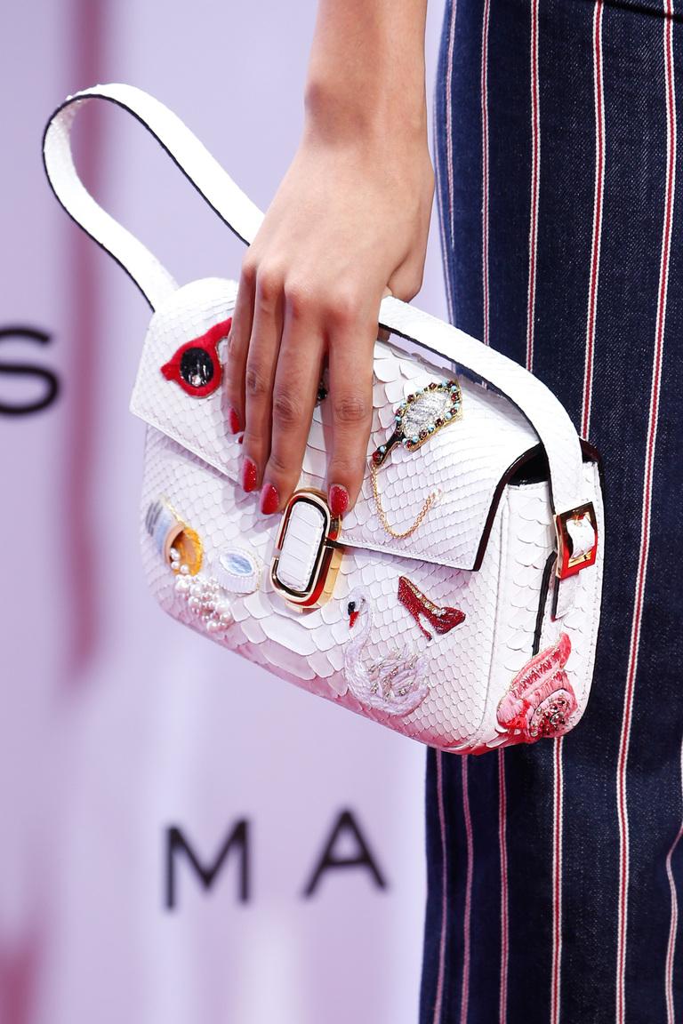 Модные сумки весна – лето 2016 яркая сумка из коллекции Marc Jacobs.