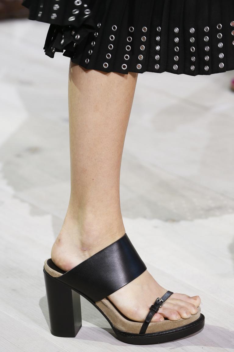 Модные туфли весна-лето 2016 - босоножки на толстом каблуке из коллекции Michael Kors Collection.