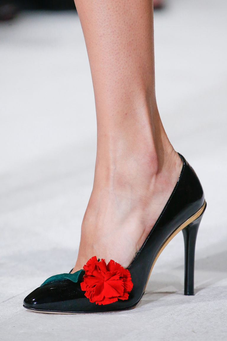Модная обувь весна-лето 2016: черные туфли лодочки из коллекции Oscar de la Renta.