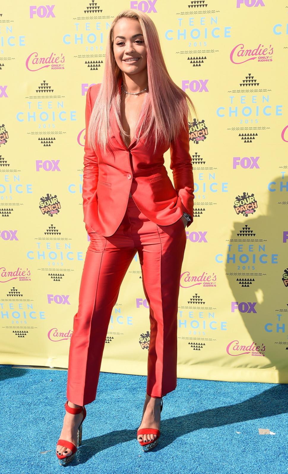 Монохромные наряды - красного цвета брючный костюм из коллекции Teen-Choice-Awards.