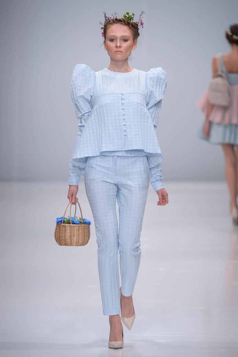 Монохромные наряды - светло голубой брючный костюм из коллекции Rebel.