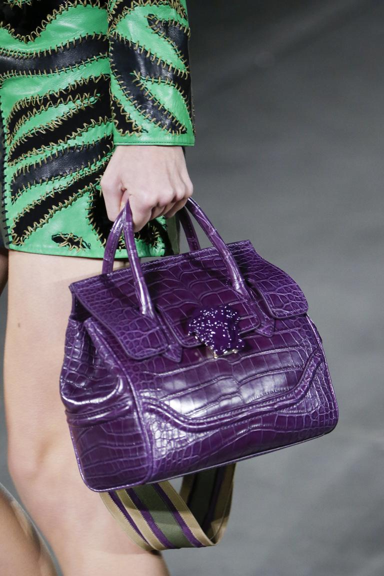 Модные сумки весна-лето 2016 - элегантная фиолетовая сумка из коллекции Versace.
