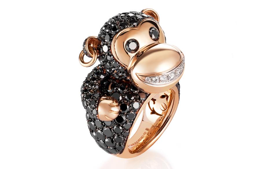 Медальон, украшенный фигуркой обезьянки из различных материалов.