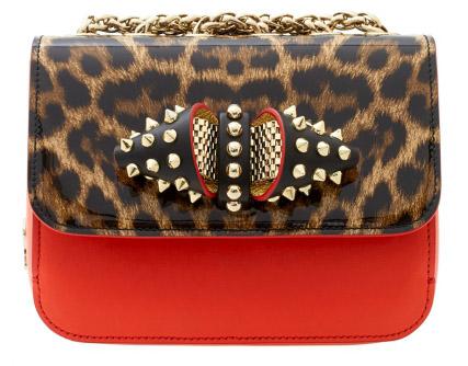 Новая коллекция сумок от Кристиан Лабутен - классическая сумка на цепочке оригинальной расцветки и сметаллическими шипами.