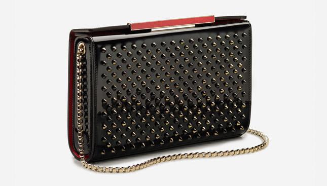 Новая коллекция сумок от Кристиан Лабутен - классическая сумка на цепочке и металлическихми шипами.
