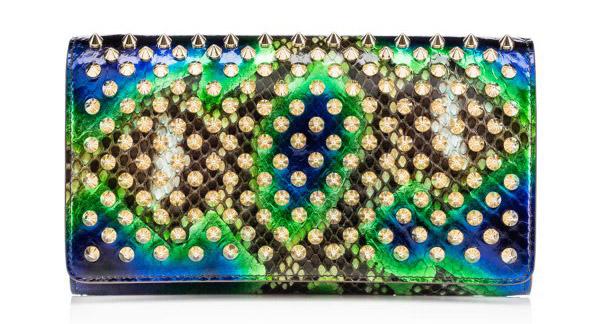 Новая коллекция сумок от Кристиан Лабутен - классическая сумка на цепочке оригинальной расцветкии и с металлическими шипами.