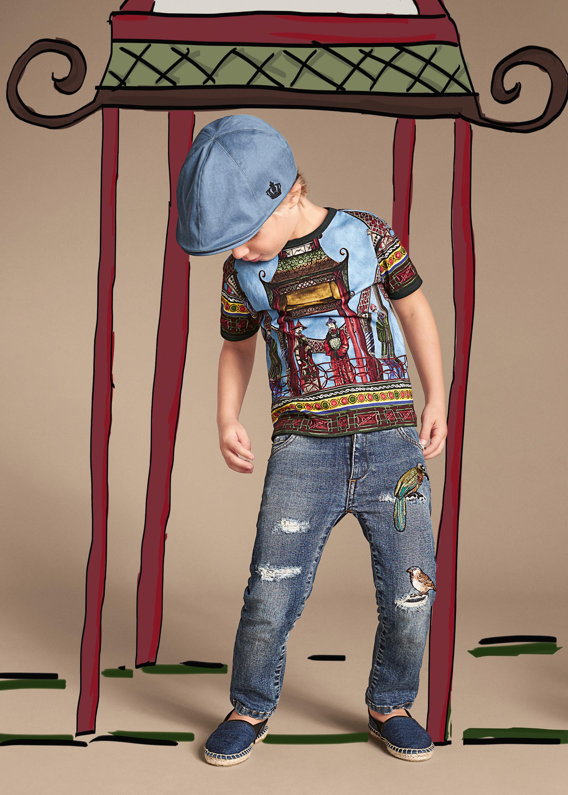 Новая коллекция для детей 2016 - футболка с детским рисунком рваными джинсами и кепочкой.