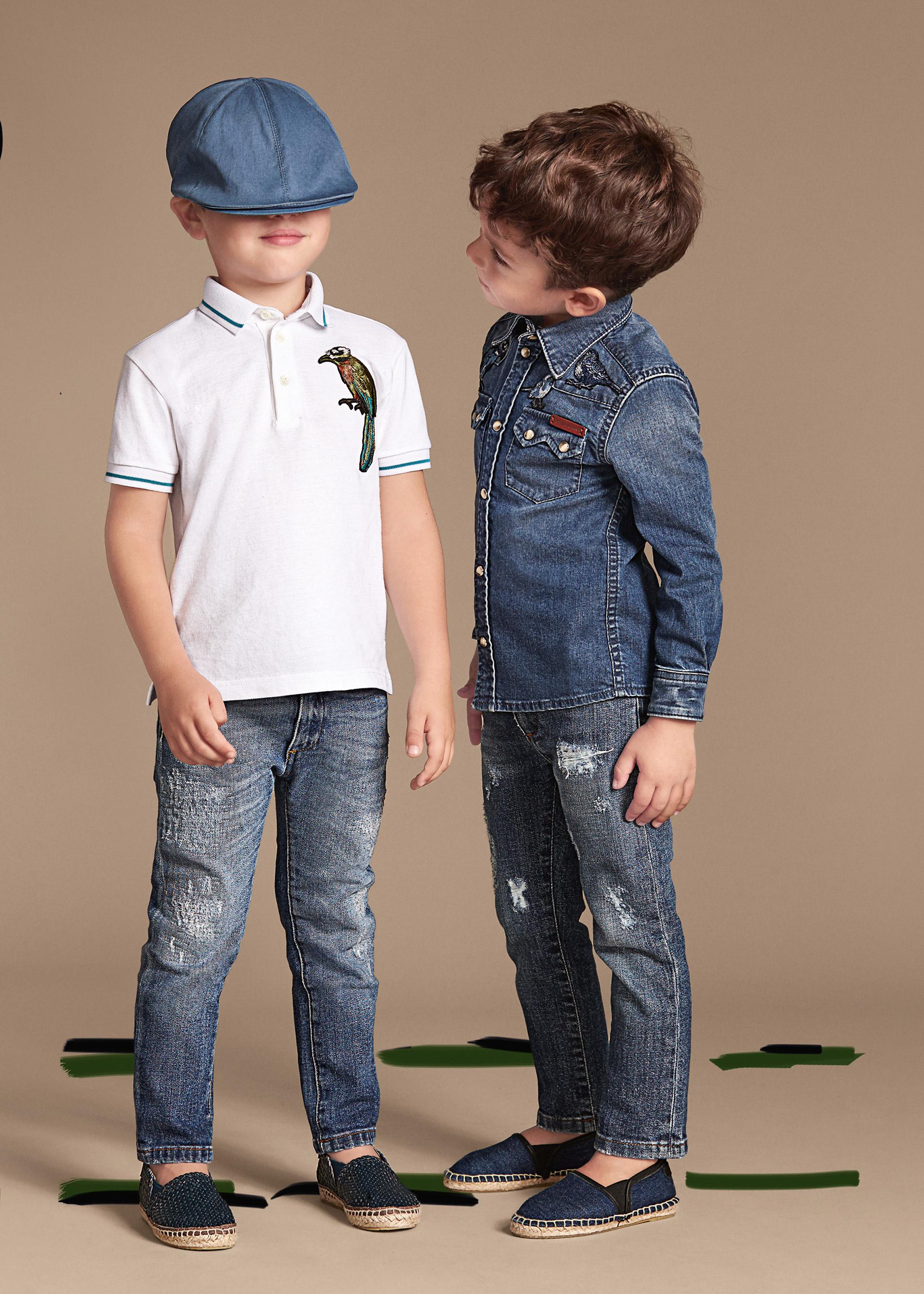 Новая коллекция для детей 2016 - белая футболка с джинсами и рубашка с джинсами.