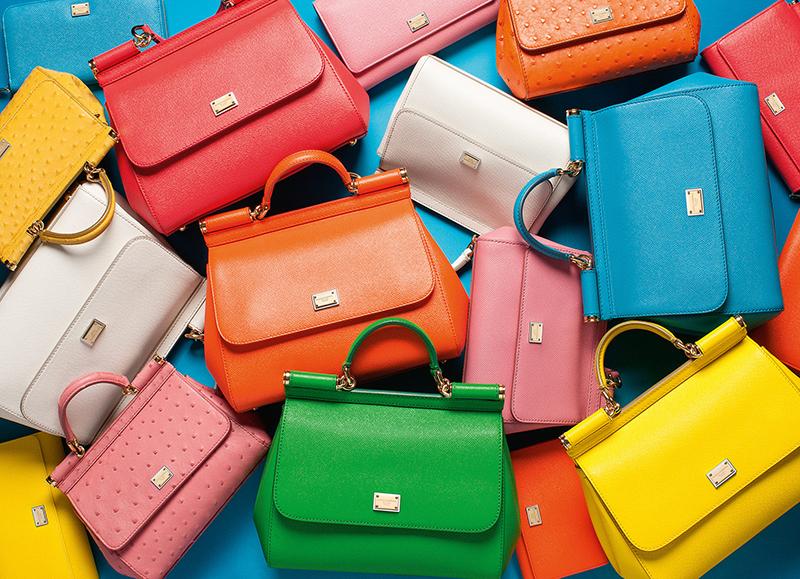 Однотонные сумки, но они также притягивают взгляд яркими цветами: апельсиновым или зелёным.
