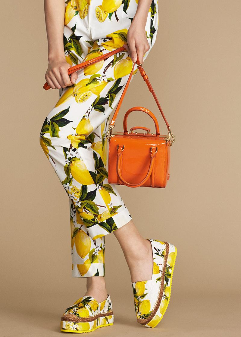 Очень элегантный брючный костюм лимонной расцветке и туфли в тон.
