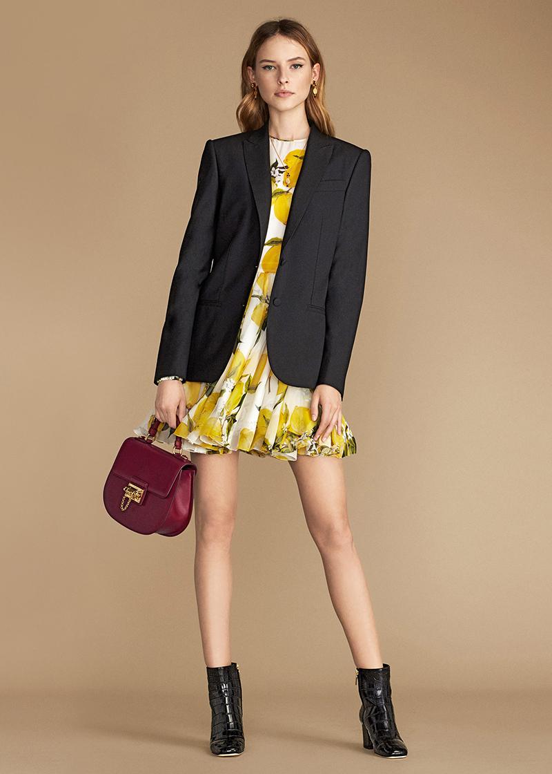 Коротенькое расклешённое платье жизнерадостной расцветки и строгий чёрный пиджак.