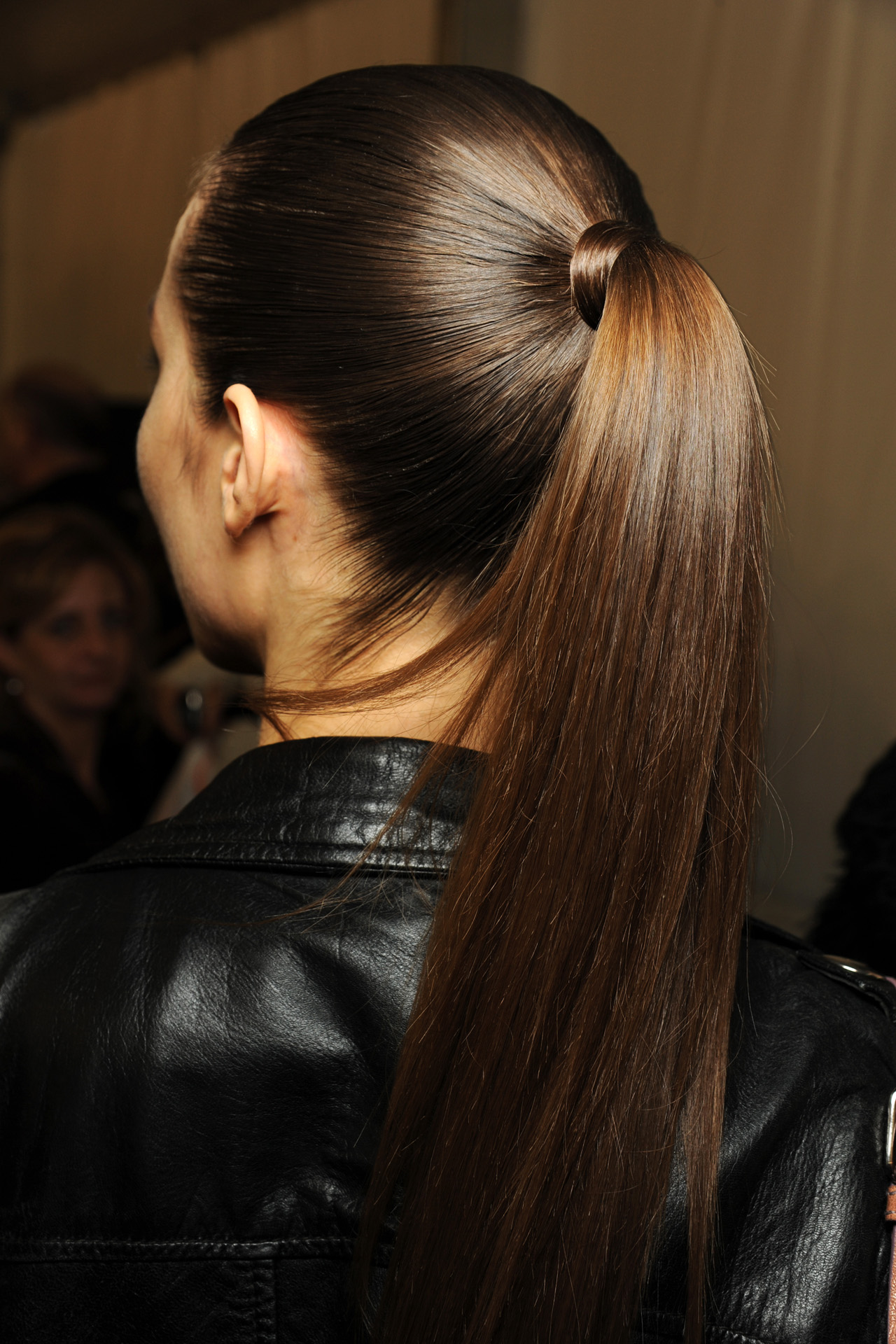 Девушки с зади темный волос фото