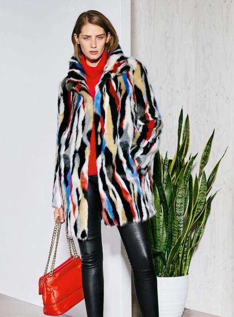 Новый модный LookBook весна-лето 2016 Karen Millen - плащ с ярким рисунком и красной сумкой.