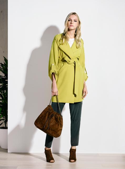 Новый модный LookBook весна-лето 2016 Karen Millen - яркий лимонно салатового цвета плаш и черные укороченные брюки.