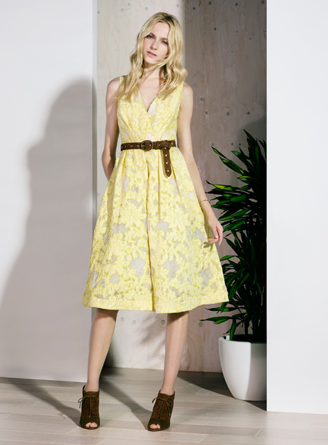 Новый модный LookBook весна-лето 2016 Karen Millen - желтое платье.