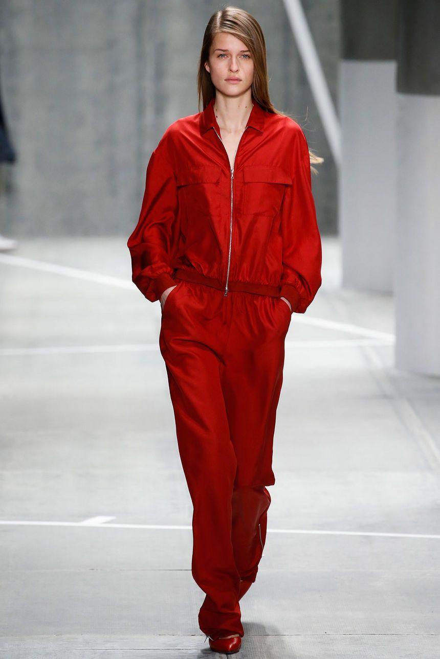 Стиль 90-х: красный спортивный костюм.