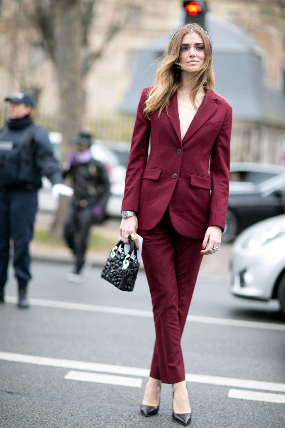 Монохромные наряды - брючный костюм ярко коричневого цвета.