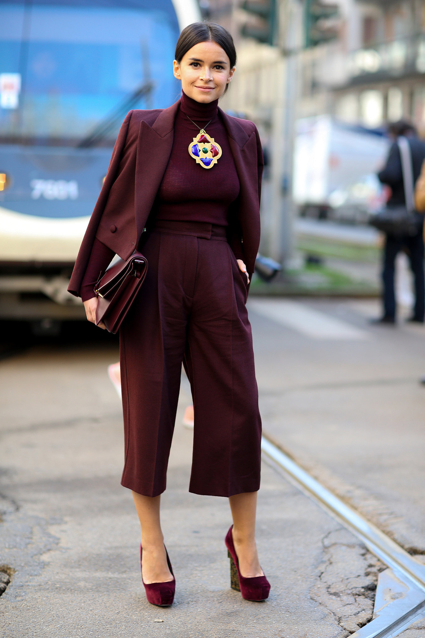 Монохромные наряды - брючный костюм коричневого цвета.