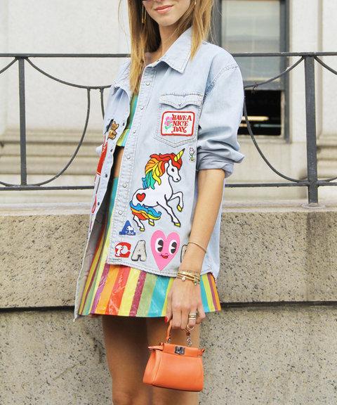 Новый модный тренд - джинсовая куртка с нашивками.