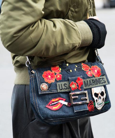 Новый модный тренд - джинсовая сумка с нашивками.