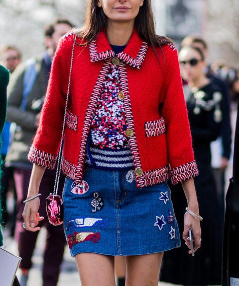 Новый модный тренд - джинсовая юбка с нашивками.